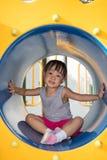 Bambina cinese asiatica che si siede nel tunnel Fotografia Stock