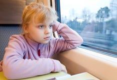 Bambina come passeggero del treno ad alta velocità Immagine Stock