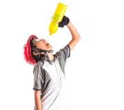 Bambina con abbigliamento di riciclaggio che beve II Fotografia Stock Libera da Diritti
