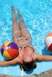 Bambina con Beachballs Fotografie Stock Libere da Diritti