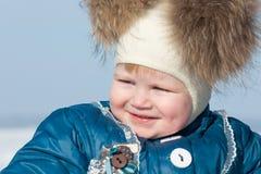 Bambina con camminare delle fossette esterno Fotografie Stock
