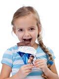 Bambina con cioccolato al latte Fotografia Stock