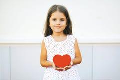 Bambina con cuore rosso Fotografia Stock