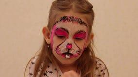 Bambina con faceart sulla festa di compleanno nella fine di processo su archivi video