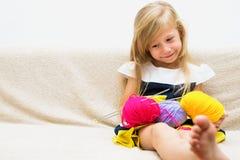 Bambina con filato Immagini Stock