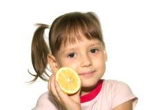 Bambina con frutta gialla Fotografia Stock