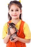 Bambina con gattino in mani immagini stock