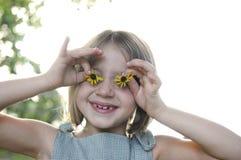 Bambina con gli occhi del girasole Fotografia Stock