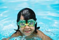 Bambina con gli occhiali di protezione della rana Fotografia Stock