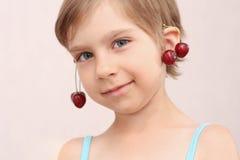 Bambina con gli orecchini delle ciliege Immagine Stock Libera da Diritti