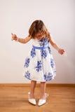 Bambina con i gioielli di sua madre Fotografie Stock