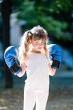 Bambina con i guantoni da pugile Fotografia Stock