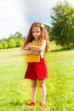Bambina con i libri in parco Fotografia Stock