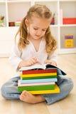 Bambina con i lotti dei libri Fotografie Stock