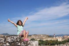 Bambina con i pollici su nella città Grecia di Corfù Fotografie Stock Libere da Diritti