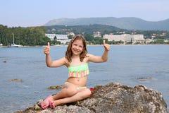 Bambina con i pollici su sulle vacanze estive Immagini Stock
