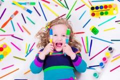 Bambina con i rifornimenti di arte della scuola Fotografie Stock Libere da Diritti