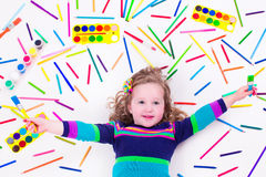 Bambina con i rifornimenti di arte della scuola Fotografia Stock Libera da Diritti