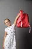 Bambina con i vetri e lo zaino Fotografia Stock