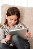 Bambina con il calcolatore del ridurre in pani di tocco Immagini Stock Libere da Diritti