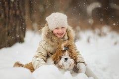 Bambina con il cane di animale domestico per una passeggiata immagine stock
