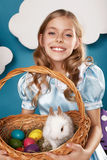 Bambina con il canestro con le uova di colore ed il coniglietto di pasqua bianco Immagine Stock Libera da Diritti