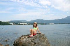 Bambina con il cappello di paglia sulle vacanze estive Fotografie Stock