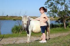 Bambina con il cavallo del cavallino fotografia stock libera da diritti