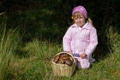 Bambina con il cestino dei funghi Fotografie Stock Libere da Diritti