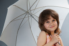 Bambina con il colpo dello studio dell'ombrello Fotografia Stock