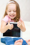 Bambina con il computer della compressa Immagini Stock