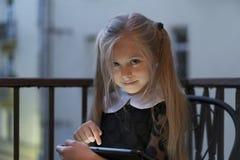 Bambina con il computer della compressa Fotografia Stock