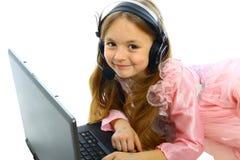 Bambina con il computer portatile Fotografie Stock Libere da Diritti