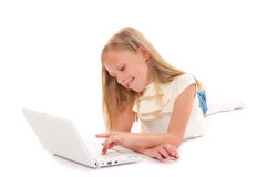 Bambina con il computer portatile su priorità bassa bianca Immagine Stock Libera da Diritti