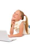 Bambina con il computer portatile su priorità bassa bianca Fotografia Stock