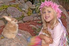 Bambina con il coniglietto Immagine Stock Libera da Diritti