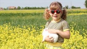 Bambina con il coniglietto bianco stock footage