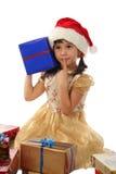 Bambina con il contenitore di regalo blu di natale Immagine Stock