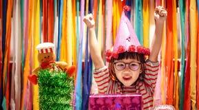 Bambina con il contenitore di regalo nel partito fotografia stock libera da diritti