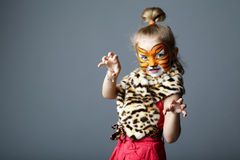 Bambina con il costume della tigre Immagini Stock