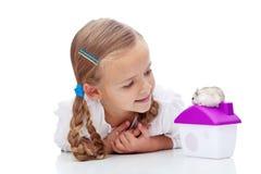 Bambina con il criceto immagine stock