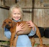 Bambina con il cucciolo fotografie stock