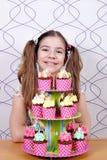 Bambina con il dolce dolce dei muffin Immagine Stock Libera da Diritti