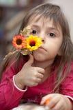 Bambina con il fiore fotografie stock libere da diritti