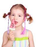 Bambina con il gelato dell'anguria fotografia stock libera da diritti