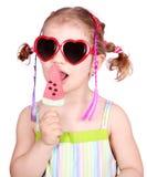 Bambina con il gelato dell'anguria e i sunglass fotografie stock libere da diritti