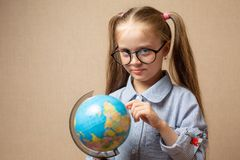 Bambina con il globo Concetto di formazione Fotografia Stock Libera da Diritti