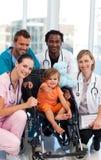 Bambina con il gruppo di medici fotografia stock libera da diritti