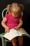 Bambina con il libro immagini stock libere da diritti