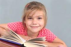 Bambina con il libro Fotografie Stock